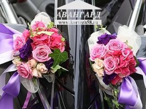 Живые цветы Розы на зеркала с сиреневым бантом